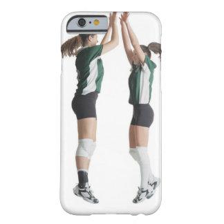 からの2人のコーカサス地方のメスのバレーボール選手 BARELY THERE iPhone 6 ケース