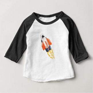 から来るシャトルの宇宙船のFithの飛んでいるな炎 ベビーTシャツ