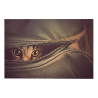 から見ている若い虎猫の子ネコはバッグのファスナーを締めます ウッドウォールアート