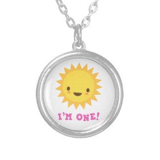 かわいいかわいいの太陽のマンガのキャラクタ私は1才です シルバープレートネックレス