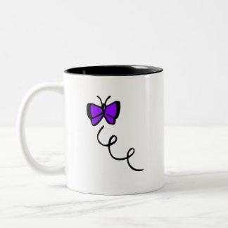 かわいいすみれ色の紫色の蝶 ツートーンマグカップ