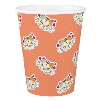 かわいいのかわいいハートによって打たれる小さい子猫の子ネコ猫 紙コップ