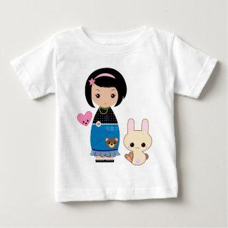 かわいいのKokeshiのベビーのティー ベビーTシャツ