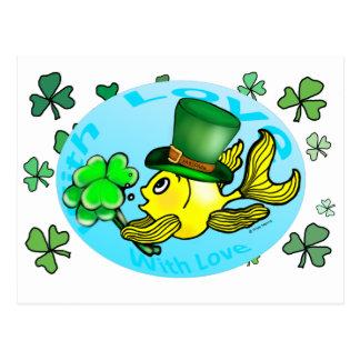 かわいいアイルランドの運の金魚の身に着けている帽子およびシャムロック ポストカード
