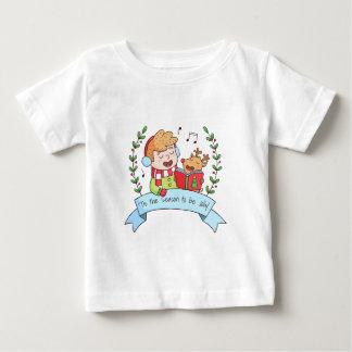 かわいいクリスマスは男の子およびトナカイのティーをキャロルを歌います ベビーTシャツ