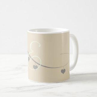 かわいいクリーム色の灰色のハートの花輪のモノグラムのなマグ コーヒーマグカップ