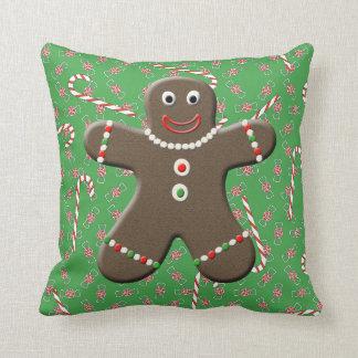 かわいいジンジャーブレッドマンの男の子の緑及び赤いクリスマス クッション