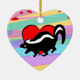 かわいいスカンクのハート。 幸せなアンチバレンタイン日! セラミックオーナメント
