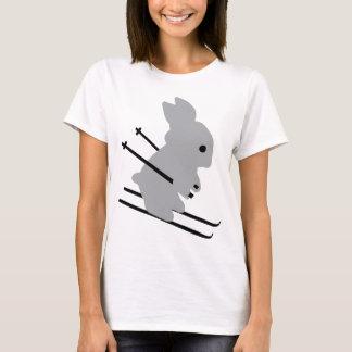 かわいいスキーバニーの雪のスキー Tシャツ