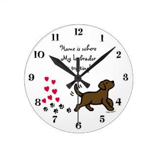 かわいいチョコレートラブラドールの小走りに走る時計 ラウンド壁時計