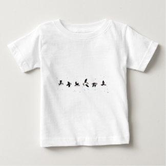 かわいいツノメドリ飛行 ベビーTシャツ