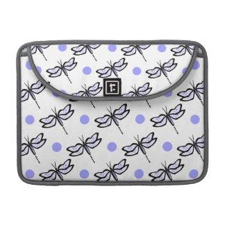 かわいいトンボ; ラベンダーの紫色及び白い水玉模様 MacBook PROスリーブ