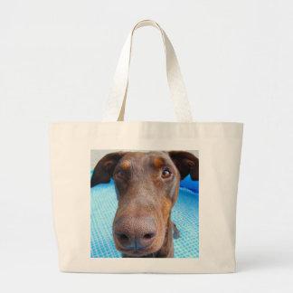 かわいいドーベルマン犬のクローズアップ ラージトートバッグ