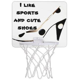 かわいいハイヒールの靴の女性アスリート ミニバスケットボールネット