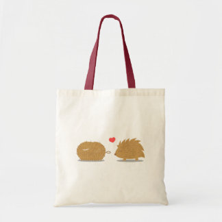 かわいいハリネズミはごしごし洗ブラシの愛を見つけます トートバッグ