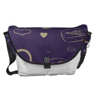 かわいいハートのモダンで暗い紫色パターン クーリエバッグ