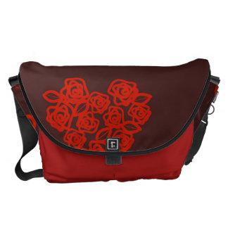かわいいハートのモダンで赤いパターン クーリエバッグ