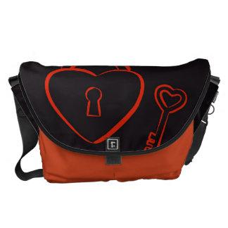 かわいいハートのモダンで赤いパターン メッセンジャーバッグ
