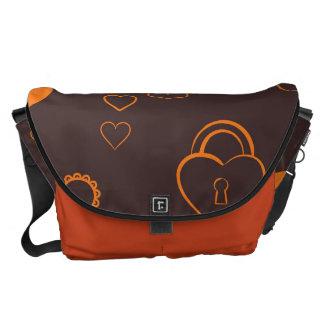 かわいいハートのモダンなオレンジパターン メッセンジャーバッグ