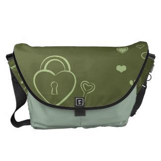 かわいいハートのモダンなモスグリーンパターン メッセンジャーバッグ