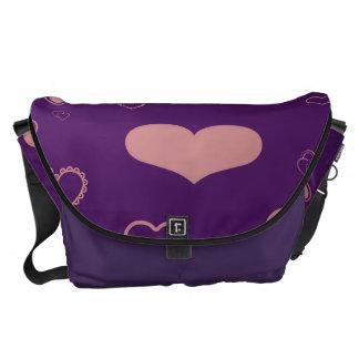 かわいいハートのモダンな紫色パターン メッセンジャーバッグ