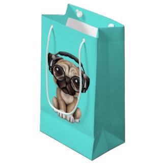 かわいいパグの子犬の身に着けているヘッドホーン スモールペーパーバッグ