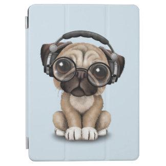 かわいいパグの子犬の身に着けているヘッドホーン iPad AIR カバー