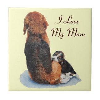 かわいいビーグル犬の子犬およびミイラは芸術のタイルの後をつけます タイル