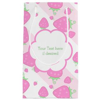 かわいいピンクのいちごおよびストライプなパターン スモールペーパーバッグ