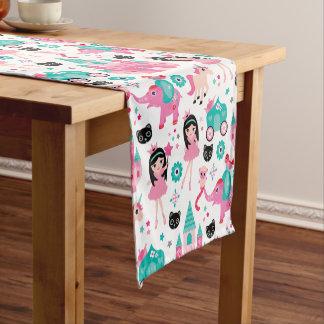 かわいいピンクの小さいプリンセスのユニコーンの魔法パターン ショートテーブルランナー