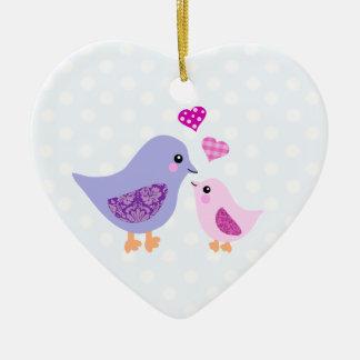 かわいいピンク及び紫色の母および子供の鳥 セラミックオーナメント