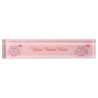 かわいいピンク愛フクロウの習慣の机用ネームプレート デスクネームプレート