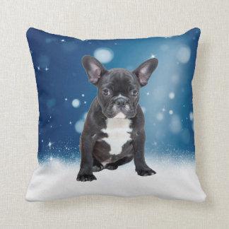 かわいいフレンチ・ブルドッグの雪は青いクリスマスを主演します クッション