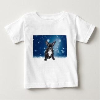 かわいいフレンチ・ブルドッグの雪は青いクリスマスを主演します ベビーTシャツ