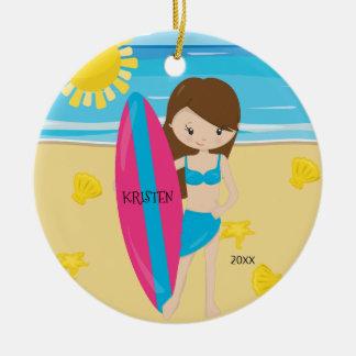 かわいいブルネットのサーファーの女の子の名前入りなクリスマス セラミックオーナメント