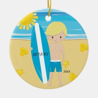 かわいいブロンドのサーファーの男の子の名前入りなクリスマス セラミックオーナメント