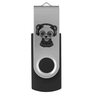 かわいいベビーのパンダの身に着けているヘッドホーン USBフラッシュドライブ