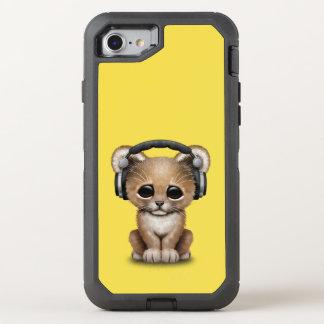 かわいいベビーのライオンの身に着けているヘッドホーン オッターボックスディフェンダーiPhone 8/7 ケース