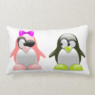 かわいいペンギンの仲の良い恋人同士 ランバークッション