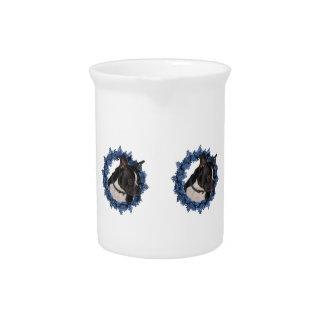 かわいいボストンテリアの青い花のリース ピッチャー