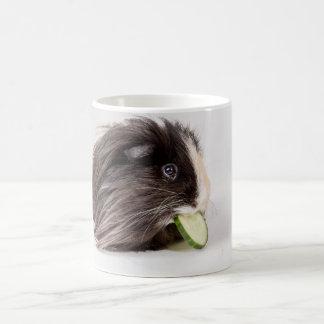 かわいいモルモットの食べ物のきゅうりが付いているマグ コーヒーマグカップ