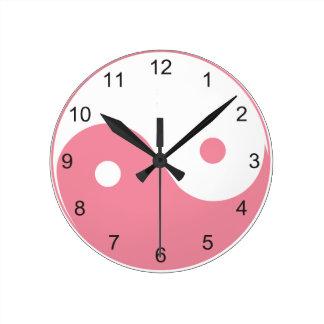 かわいいヤンのピンクおよび白いインおよび記号 ラウンド壁時計