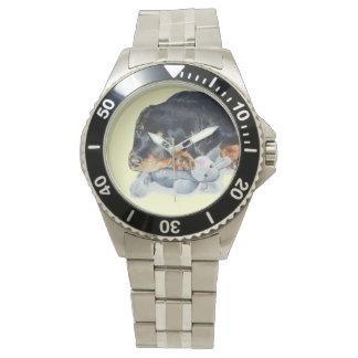 かわいいロットワイラーの小犬の抱きしめるテディー・ベアの芸術 腕時計