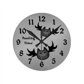 かわいい吸血コウモリのハロウィンのおもしろいな食べ物を与える時間 ラウンド壁時計
