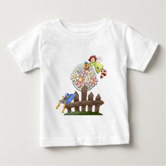 かわいい国の天使の水まきの花 ベビーTシャツ