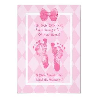 かわいい女の赤ちゃんの足跡のベビーシャワーのピンクのリボン カード