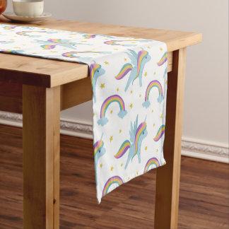 かわいい妖精のユニコーン + 虹の白の背景 ショートテーブルランナー