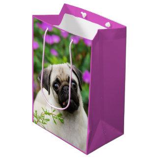 かわいい子鹿によって着色されるパグの小犬のポートレートの写真 ミディアムペーパーバッグ