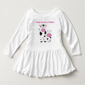 かわいい幼児のひだの服か幸せなお母さんおよびベビー ドレス