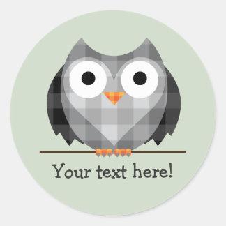 かわいい格子縞の灰色の角状フクロウのイラストレーション ラウンドシール